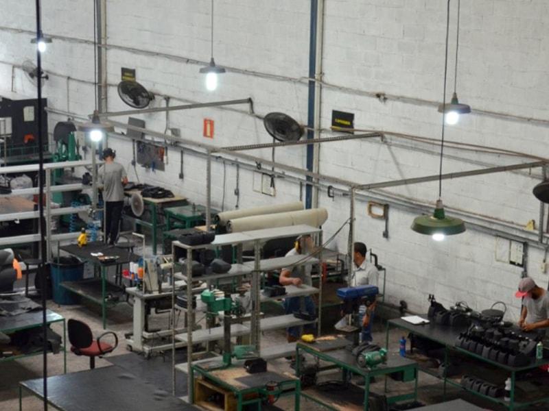 Panorâmica fábrica de apoio de braço automotivo - ARTEFACTUM